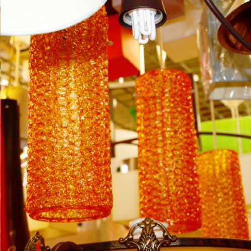 Imagen de Lámparas de abalorios naranjas de cristal dentro de la tienda